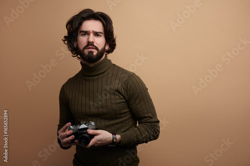 Fotomural Stylish bearded man with photo camera