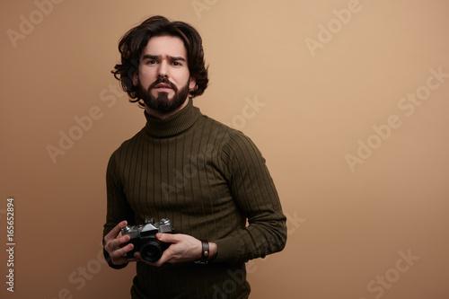 Fotografía Stylish bearded man with photo camera