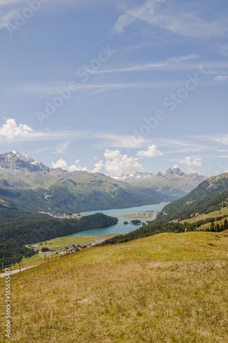 Fotobehang Spoorlijn Silvaplana, Dorf, Silvaplanersee, Seenplatte, Corvatsch, Alpen, Engadin, Oberengadin, Wanderweg, Graubünden, Sommer, Schweiz
