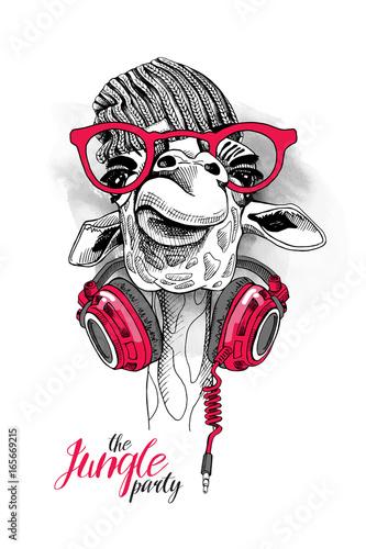 Fototapeta premium Żyrafa w czapce z dzianiny hipster, czerwonych okularach i słuchawkach na szyi. Ilustracji wektorowych.