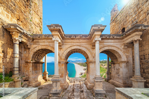 Fotografia  Hadrian's Gate - entrance to Antalya, Turkey
