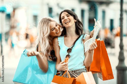Plakat Kobiety cieszą się zakupami