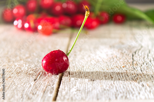 Photo  Red cherry close-up on a wooden table
