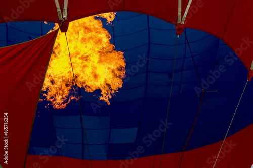 In de dag Ballon Close-up burning burner, bright flame against Hot air balloon. Preparing to launch a flying air balloon. Festival of balloons. With place for text, for background