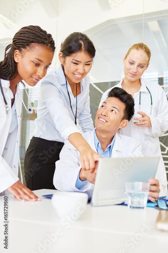 Ärzte Team in einer Computer Schulung Canvas Print
