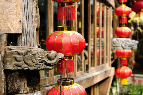 Tuinposter China Lijiang old city Wooden architecture detail China. Yunnan province. Lijiang is famous for its UNESCO Heritage Site the Old Town of Lijiang in crowds visited by Chinese tourists