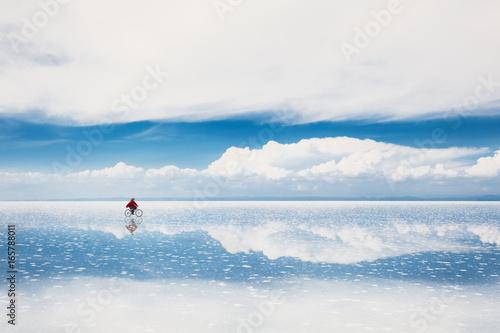Photo Mirror surface on the salt flat Salar de Uyuni, Altiplano, Bolivia