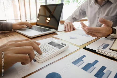 Fotografía  Business man analysis data document with accountant calculating about fee tax at