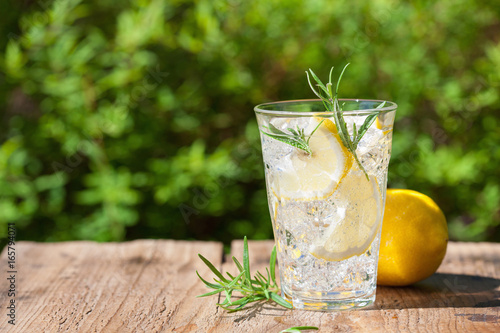 Fotografía refreshing lemonade drink with rosemary in glasses