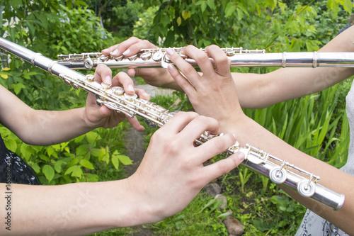 Zdjęcie XXL Dwie dziewczyny grające na flecie w ogrodzie.
