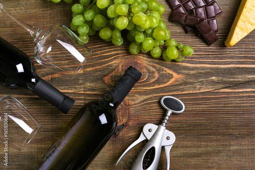 kompozycja-wino-swieze-owoce-i-korkociag-na-drewnianym-tle