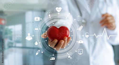 Plakat Medycyny doktorskiego mienia czerwony kierowy kształt w ręce i ikony medycznej sieci związku z nowożytnym wirtualnym parawanowym interfejsem, medyczny technologii sieci pojęcie