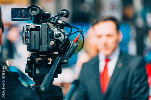 Obraz Media interview on fair - fototapety do salonu