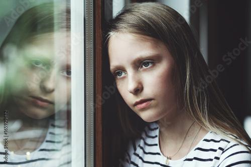 Fotografía jolie adolescente blonde cheveux longs regard triste