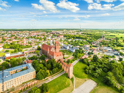Fototapeta Kwidzyn z lotu ptaka. Krajobraz miasta widziany z powietrza z zamkiem, teatrem, katedrą i horyzontem. obraz