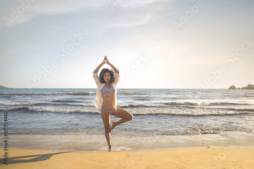 Fotobehang Ontspanning Athletic girl doing yoga at the beach