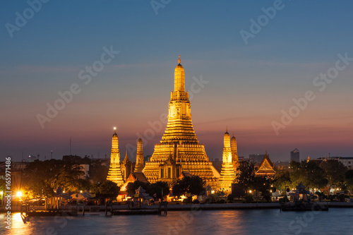 In de dag Bangkok Wat Arun, located along the Chao Phraya River in Bangkok at sunset.