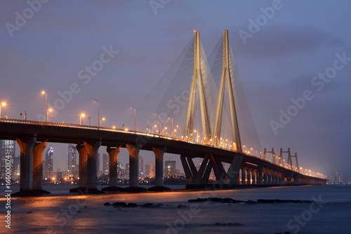 Fototapeta premium Bandra-Worli Sea Link, oficjalnie nazywany Rajiv Gandhi Sea Link, to most wantowy łączący Bandrę z Worli w Bombaju w Indiach.