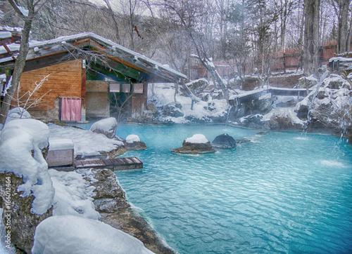 Fototapeta premium Shirahone onsen białej kości gorąca wiosna z mgłą i śniegiem w jesieni, Japonia