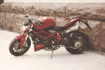 crveni lijepi motocikl