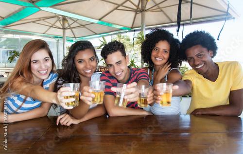 Obraz na plátně  Jugendgruppe feiert Party