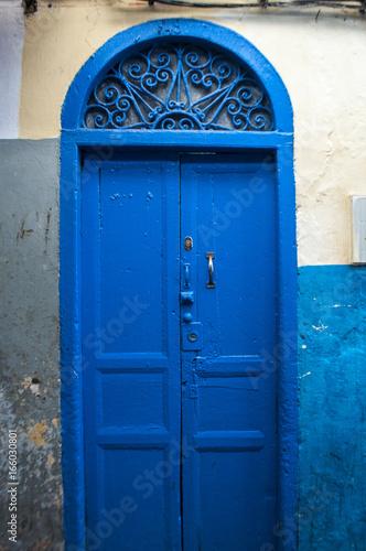 Poster Marokko Marocco: una porta nei vicoli di Tangeri, la città della costa del Maghreb famosa per il suo mix di culture, per secoli porta d'accesso dell'Europa all'Africa