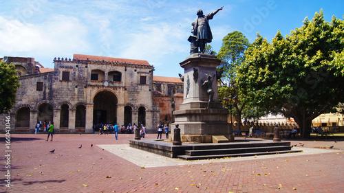 Spoed Fotobehang Monument Parque Plaza Colón, Basílica Catedral Metropolitana Santa María de la Encarnación Primada de América y Monumento a Cristobal Colón.