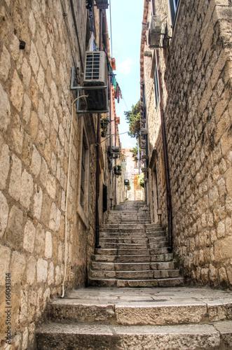Typowe ulice ze schodami w Dubrowniku w Chorwacji