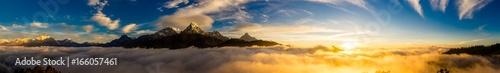 Montage in der Fensternische Gebirge ヒマラヤ山脈の夜明け