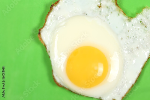 Foto op Plexiglas Gebakken Eieren яичница лежит на ярком фоне