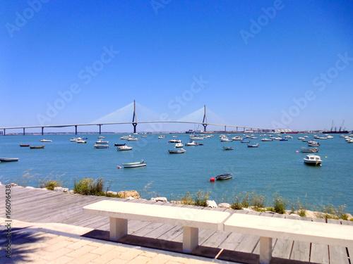 Photo sur Toile San Francisco Puente de La Constitución, llamado La Pepa, con barco, mar y nubes en Cádiz, Andalucía. España