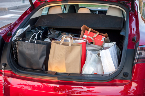 Fotografía  shopping bags in car