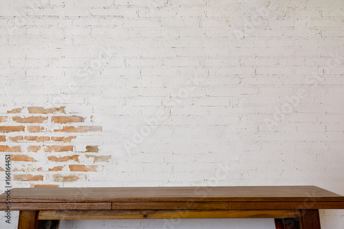 Fotografía  Mock up wooden table with white brick wall