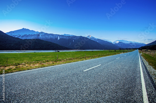 Valokuva  beautiful scenic of asphalt way in aspiring national park south new zealand