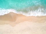 Widok z lotu ptaka na piaszczystą plażę i ocean z falami