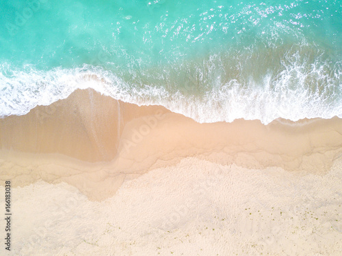 Fototapeta Aerial view of sandy beach and ocean with waves obraz