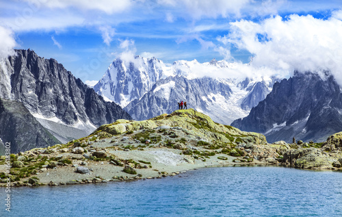 Tuinposter Reflectie lake hikkers and alps range