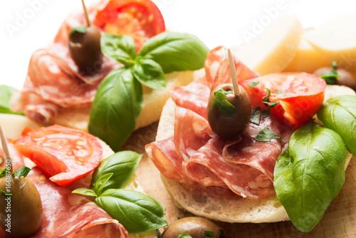 Poster Voorgerecht Stuzzichini di pane, salame e formaggio, Italian Appetizers