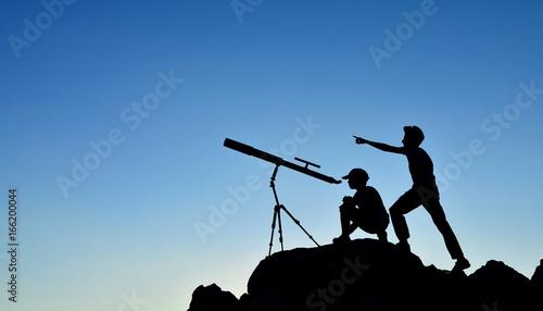 Valokuva  İki Kardeşin Gökyüzü Macera Silüeti
