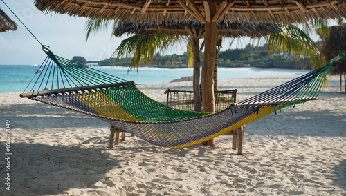 Montage in der Fensternische Sansibar white handmade hammock with palm tree on Zanzibar beach