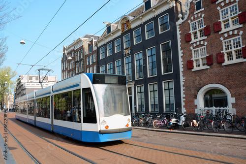 Plakat Tramwaj lub tramwaj w centrum Amsterdamu
