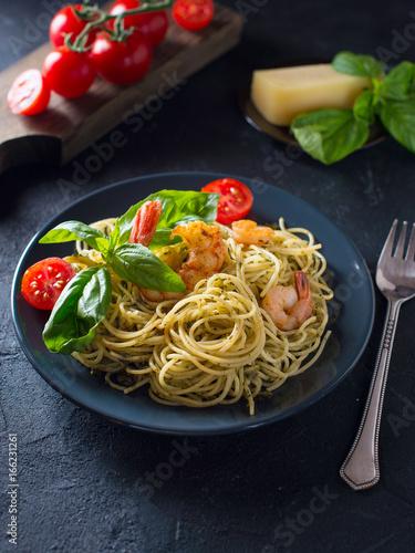 makaron-pelnoziarnisty-spaghetti-z-krewetkami-widok-z-gory-pomidory-koktajlowe