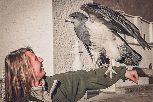 Photo  Female tourist with an eagle