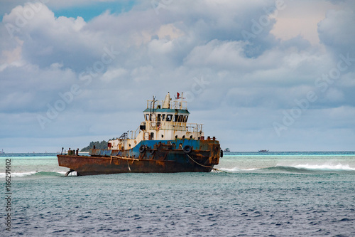 Spoed Foto op Canvas Schipbreuk ship wreck on the reef