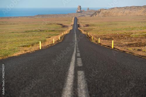 prosta-asfaltowa-droga-prowadzi-przez-jalowy-krajobraz-do-pomnika-przyrody-o-nazwie-londrangar-na-morzu