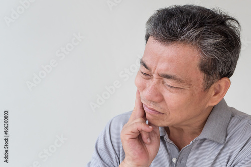 Fotografia  sick old senior man with toothache, dental care concept