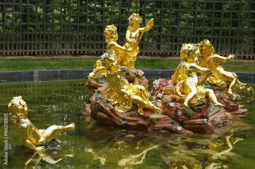 Deurstickers Fontaine Bassin des enfants dorés