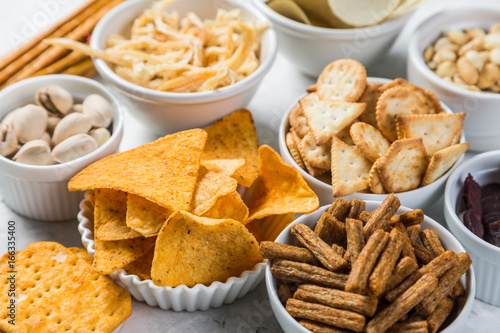 Photo sur Toile Buffet, Bar Salty beer snacks in whit bowls