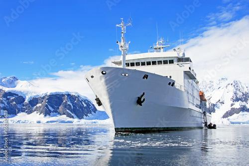 Foto auf Gartenposter Antarktika Big cruise ship in Antarctic waters, Antarctica