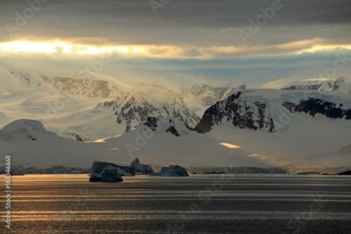Foto auf Gartenposter Antarktika Antarctica landscape, icebergs, mountains and ocean at sunrise, Antarctica